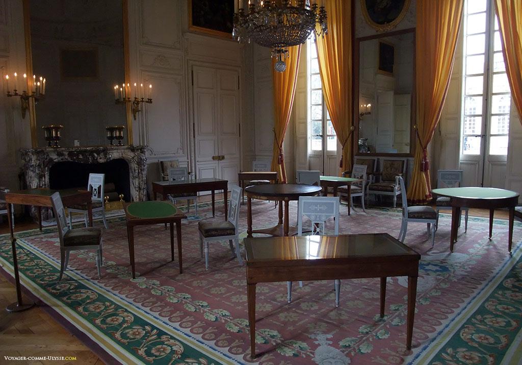 Salon de famille de l'Empereur. Dans ces pièces vides de vie, où les tables sont vides, les fauteuils inoccupés, il est difficile d'imaginer comment passaient leurs journées les habitants du Grand Trianon.