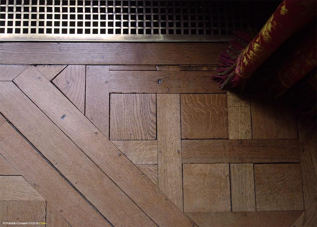 O célebre piso de tacos de madeira de Versalhes está como é claro também presente no Grand Trianon.