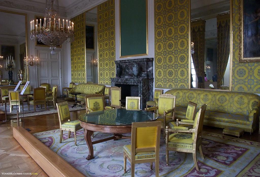 Salon de famille de Louis-Philippe. Il manque un tableau au dessus de la cheminée, parti probablement en restauration.