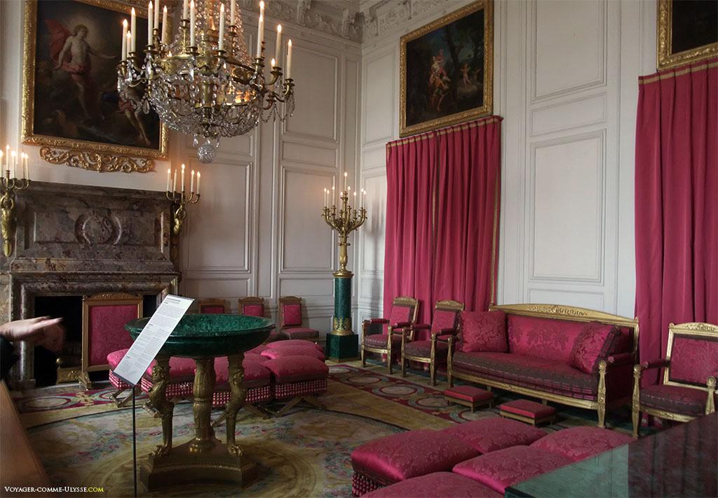 Sala das Malaquitas. Na sua origem, a sala era conhecida sob o nome da Sala do pôr-do-sol, e tomará o seu nome com as pedras de malaquite doadas pelo Tzar Alexandre I à Napoleão I.
