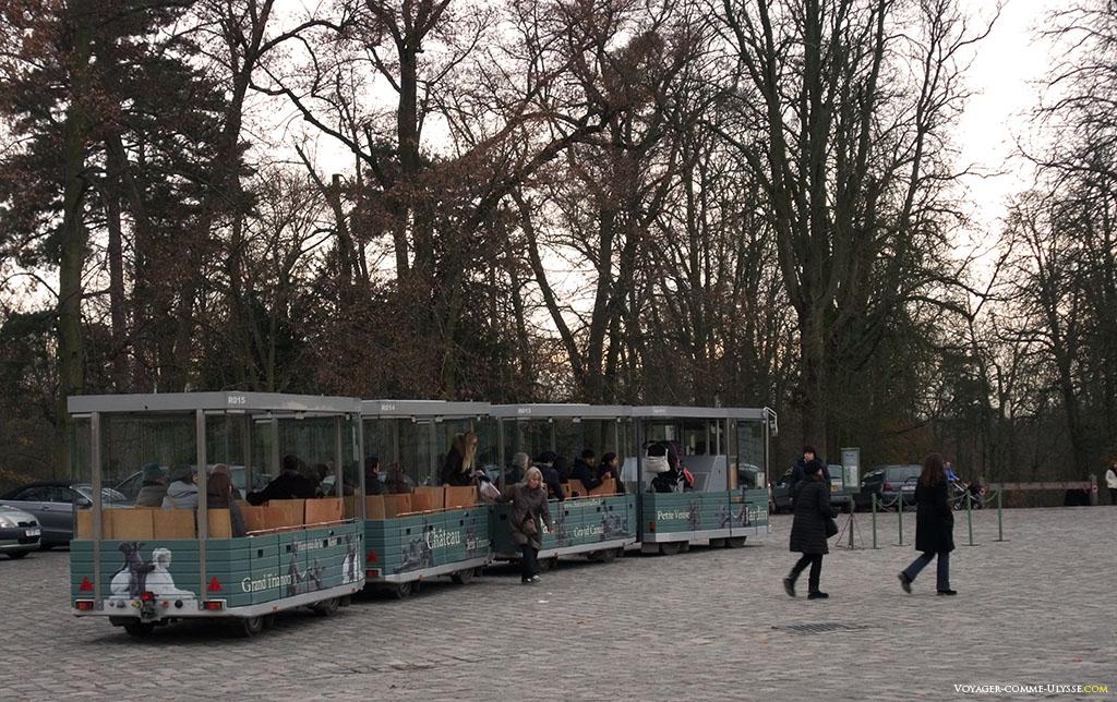 Os turistas chegam em grandes quantidades com o pequeno comboio que faz a volta do parque de Versalhes.