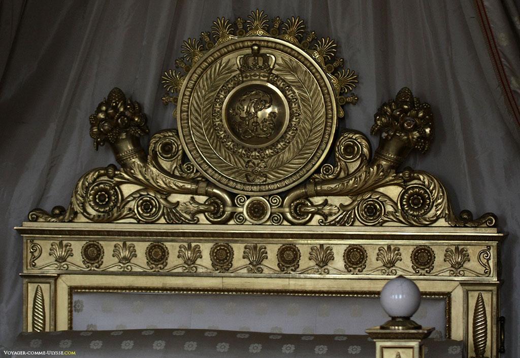 Tête de lit de la Chambre de l'Impératrice. C'est l'oeuvre de Jacob-Desmalter et était originellement aux Tuileries. Louis XVIII y mourut en 1824. Le lit ensuite arriva au Trianon sous Louis-Philippe.