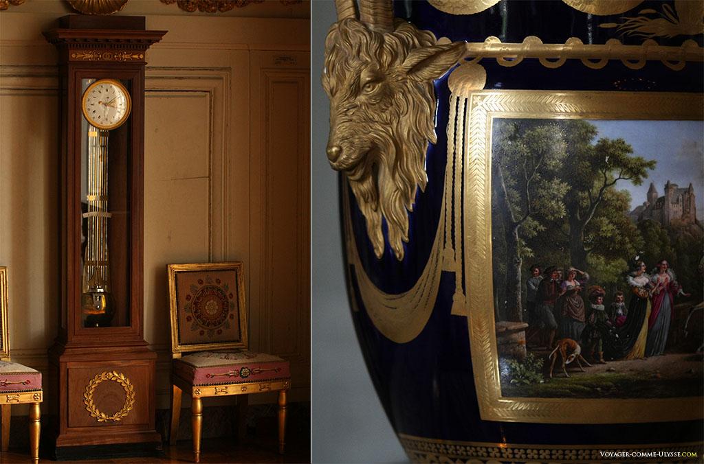 Deux éléments de la décoration. A droite, un vase de Sèvres de forme cordelier, peint peint par Jean-Louis Demarne avec une scène champêtre : Henri IV revenant de l'armée.