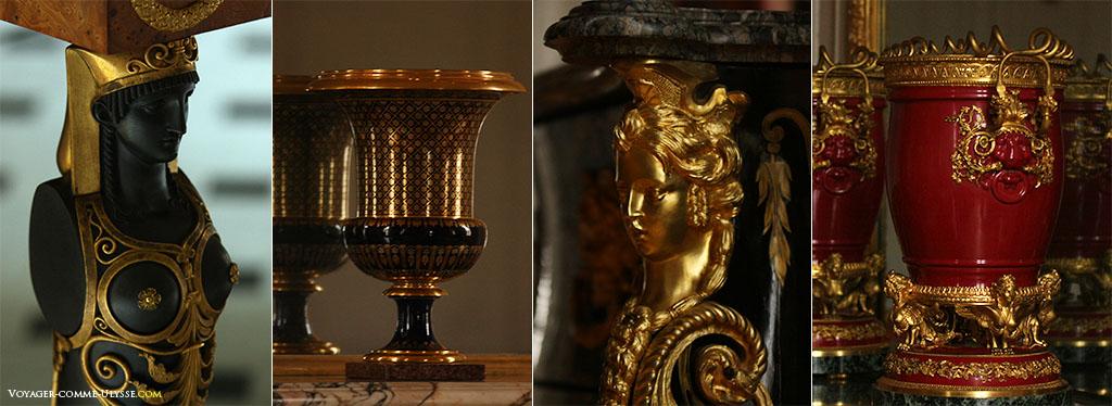 Détails de la décoration et du mobilier. Le doré est présent partout. On retrouve deux vases, celui de droite est en porcelaine grenat monté sur bronze, celui de gauche est un vase de Sèvres de forme Médicis.
