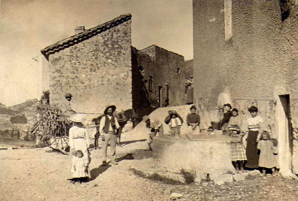 Sur cette vieille photo, les villageois posent devant le lavoir.