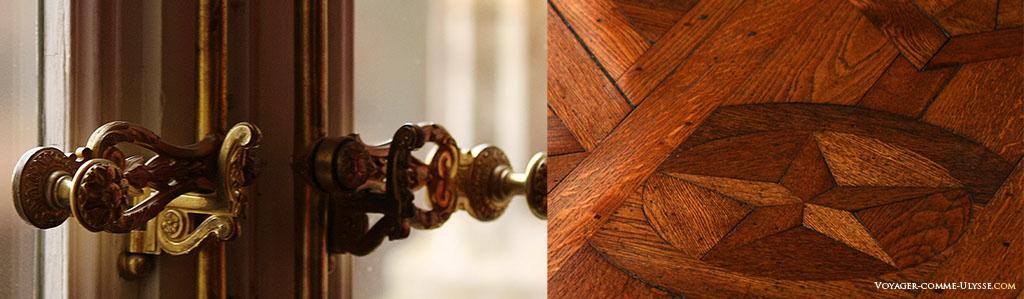 A gauche, une poignée de fenêtre. A droite, détail du parquet, très élaboré.