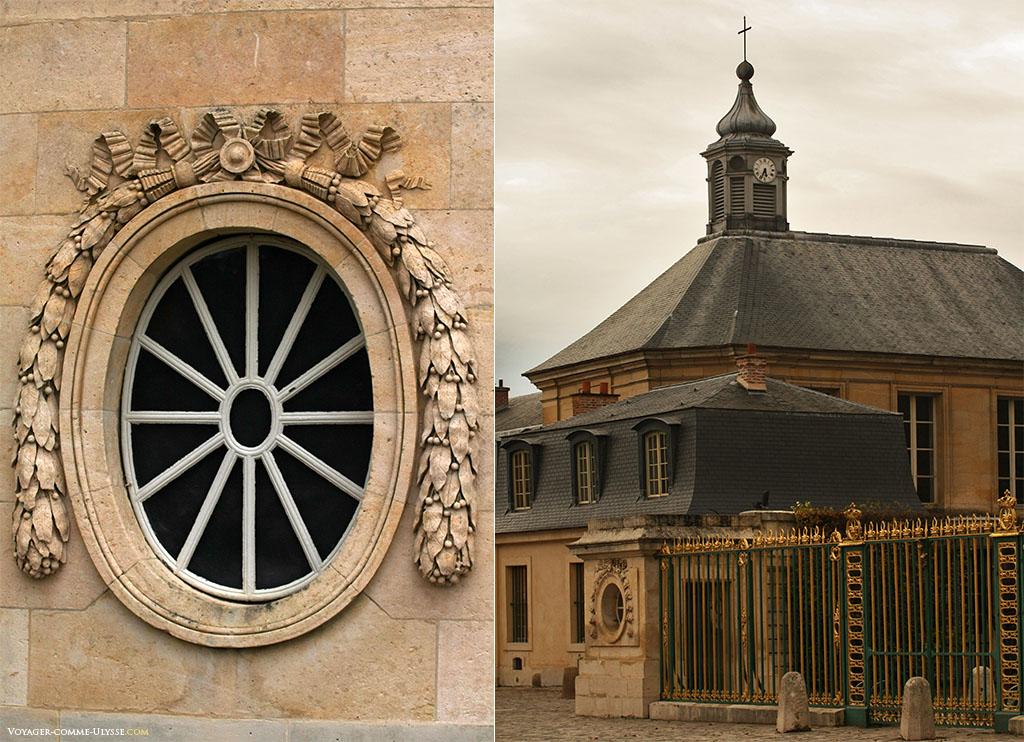 A gauche, une fenêtre richement décorée du rez-de-chaussée. A droite, la chapelle, avec son clocheton à bulbe.
