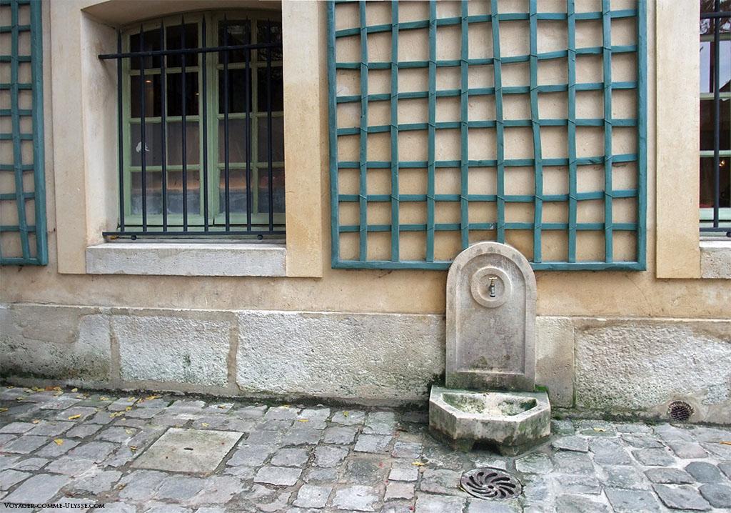 Le robinet, dans la cour de la maison du Suisse.