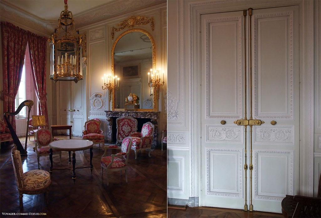 A gauche, le Salon de Compagnie. A droite, des portes, si bien intégrées à la décoration des murs.