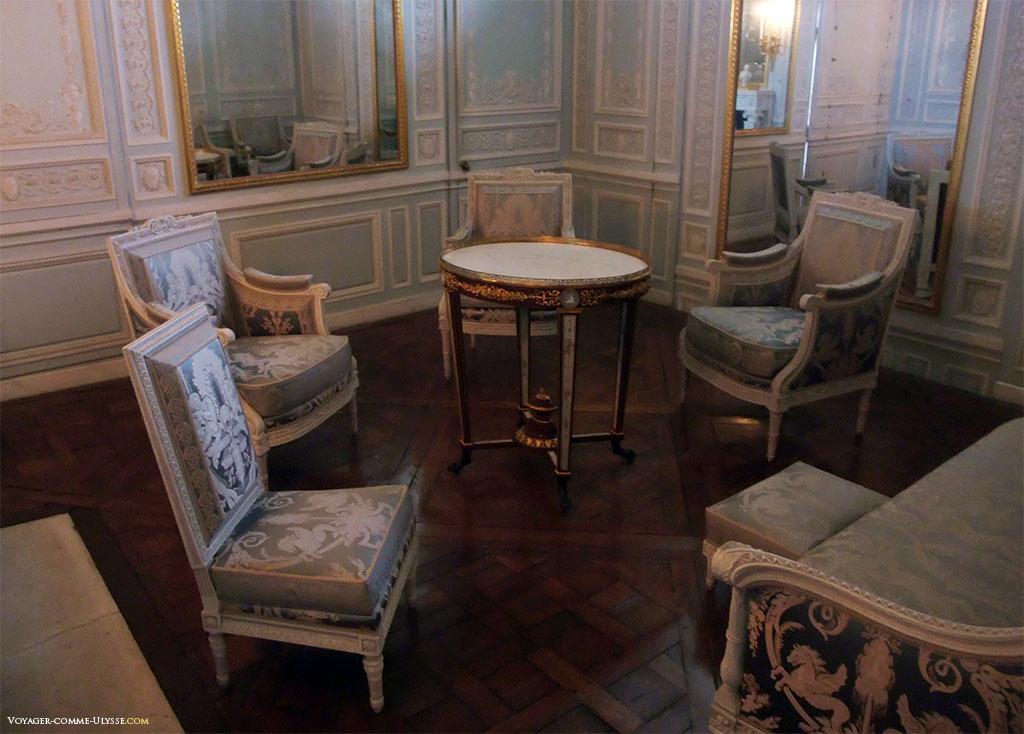 Boudoir de la Reine, où se trouvait le fameux système de Glaces Mouvantes. Le boudoir est alors connu sous le nom de Cabinet des Glaces  Mouvantes. C'était des miroirs qui se déplaçaient par un jeu de mécanismes afin de fermer les fenêtres du boudoir.