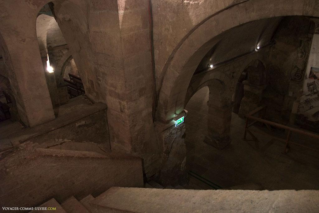 Descente dans la crypte de l'abbaye Saint Victor.