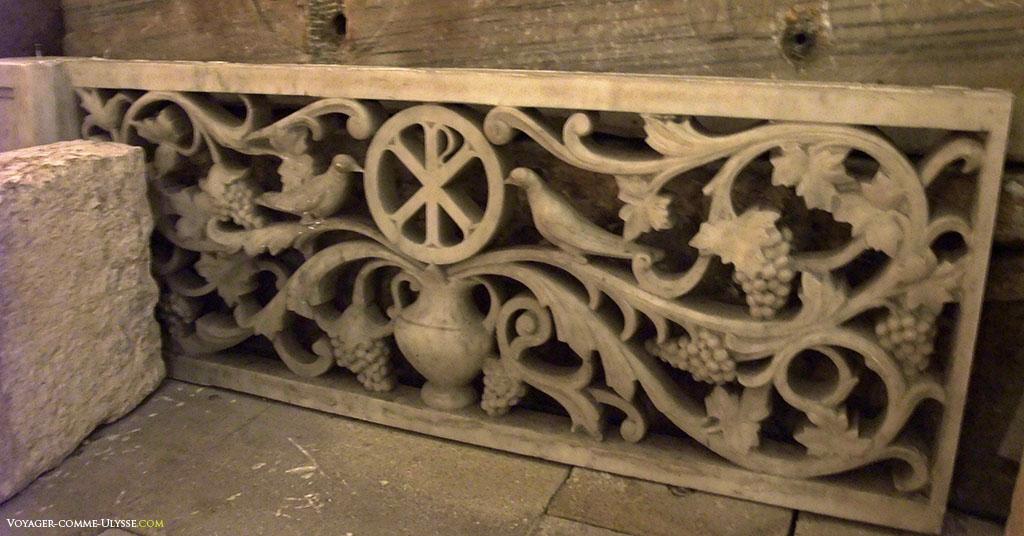 Un des nombreux sarcophages de Saint Victor.
