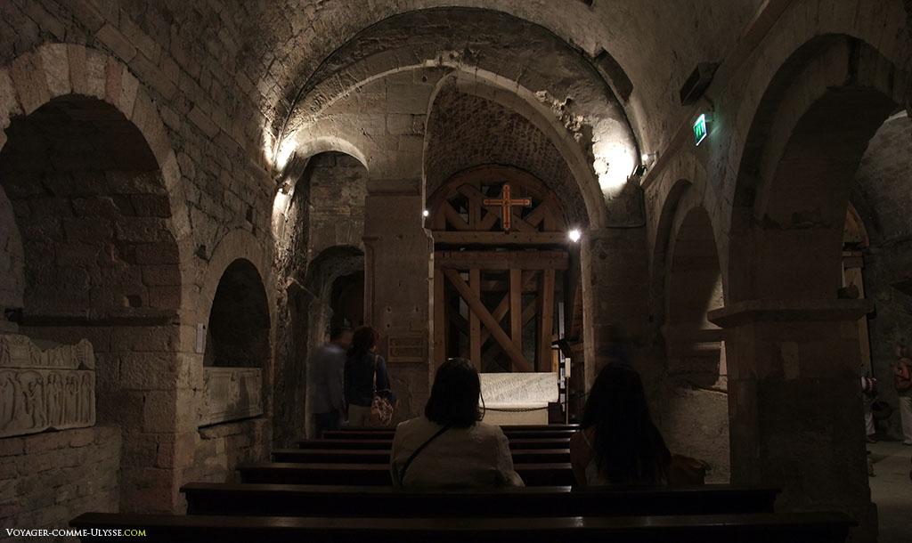 Chapelle originelle du Vème siècle, avec des sarcophages installés dans les murs.