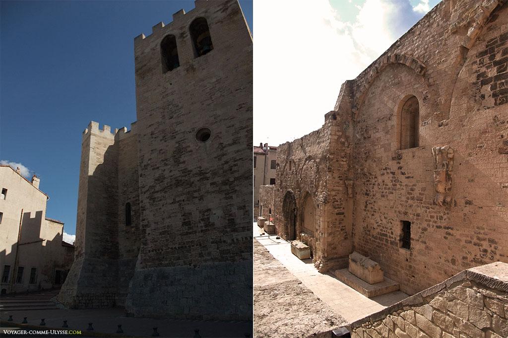 Fortifications de l'église à gauche. A droite, on remarquera les sarcophages à l'air libre.