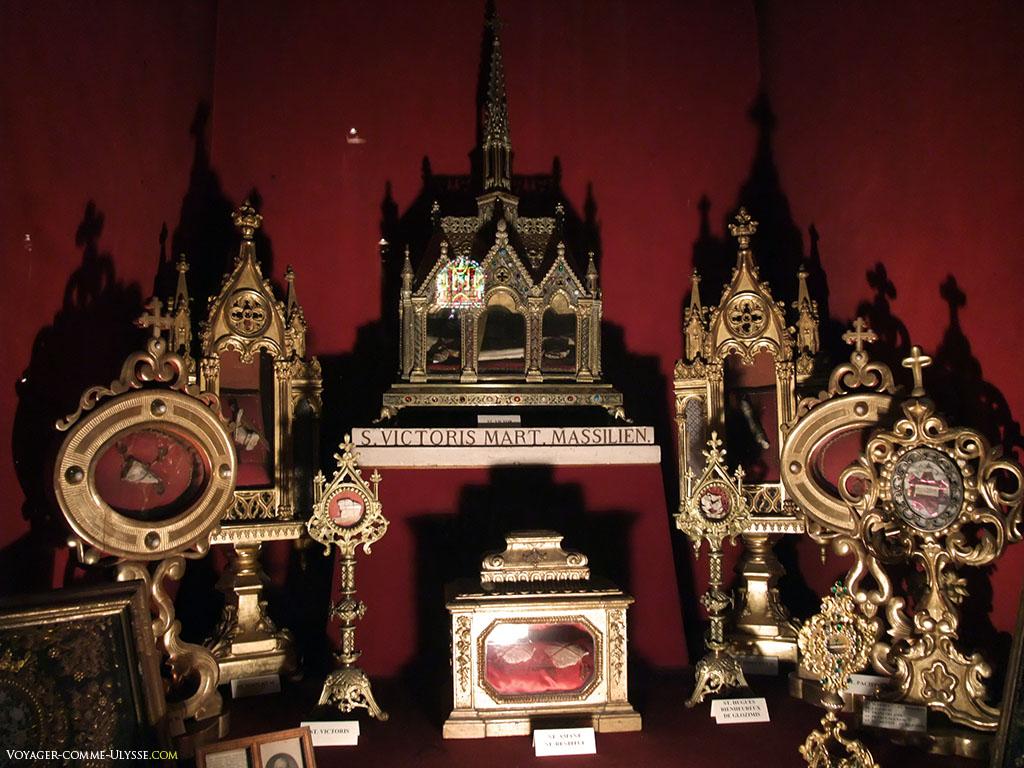 Reliquaires de l'abbaye. Au milieu, celui de Jean Cassien.