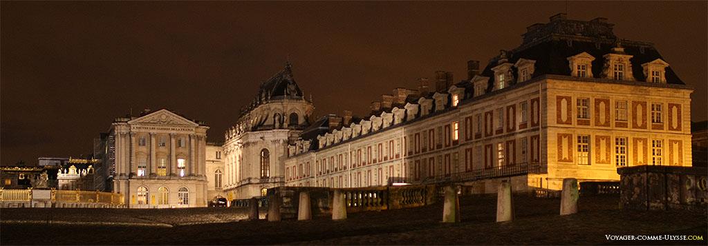 De gauche à droite : Grille Royale face à la Cour de Marbre et Cour Royale, l'Aile Gabriel, la Chapelle Royale et l'Aile des Ministres Nord.