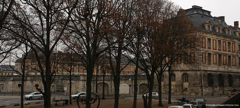 As duas Alas dos Ministros do Palácio de Versalhes, vistas da rua Colbert