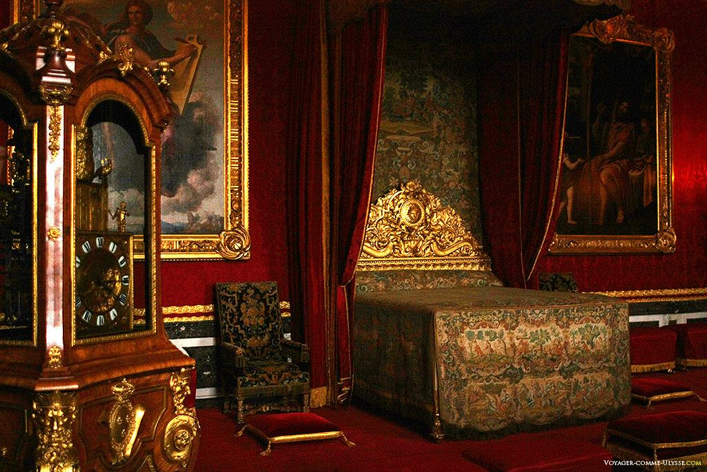 Salão de Mercúrio nos Grandes Apartamentos do Rei. É uma sala cerimonial. Em primeiro plano, à esquerda, um relógio com autómatos oferecido a Luís XV.