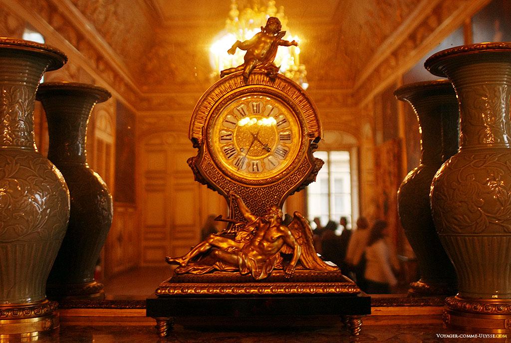 Une pendule, avec la représentation du Temps en bas.