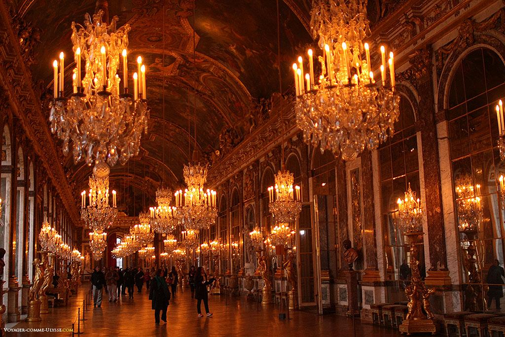 A Galeria dos Espelhos. Tem um cumprimento de 73 metros por 10,5 metros de largura.