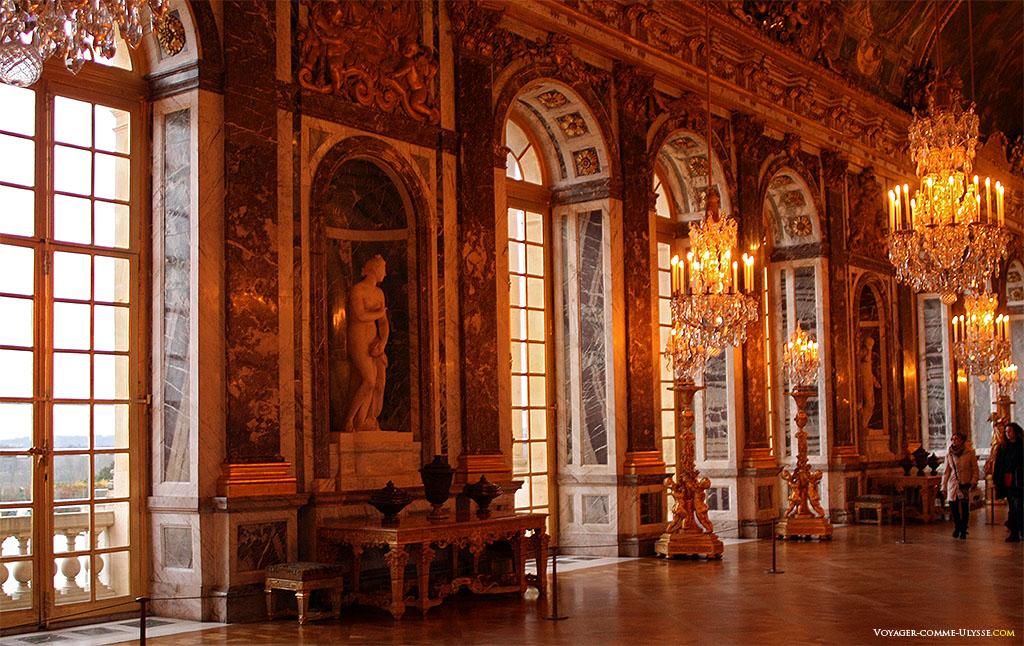 As portas janelas da Galeria dos Espelhos. Reconhece-se a estátua da Vénus de Troas.