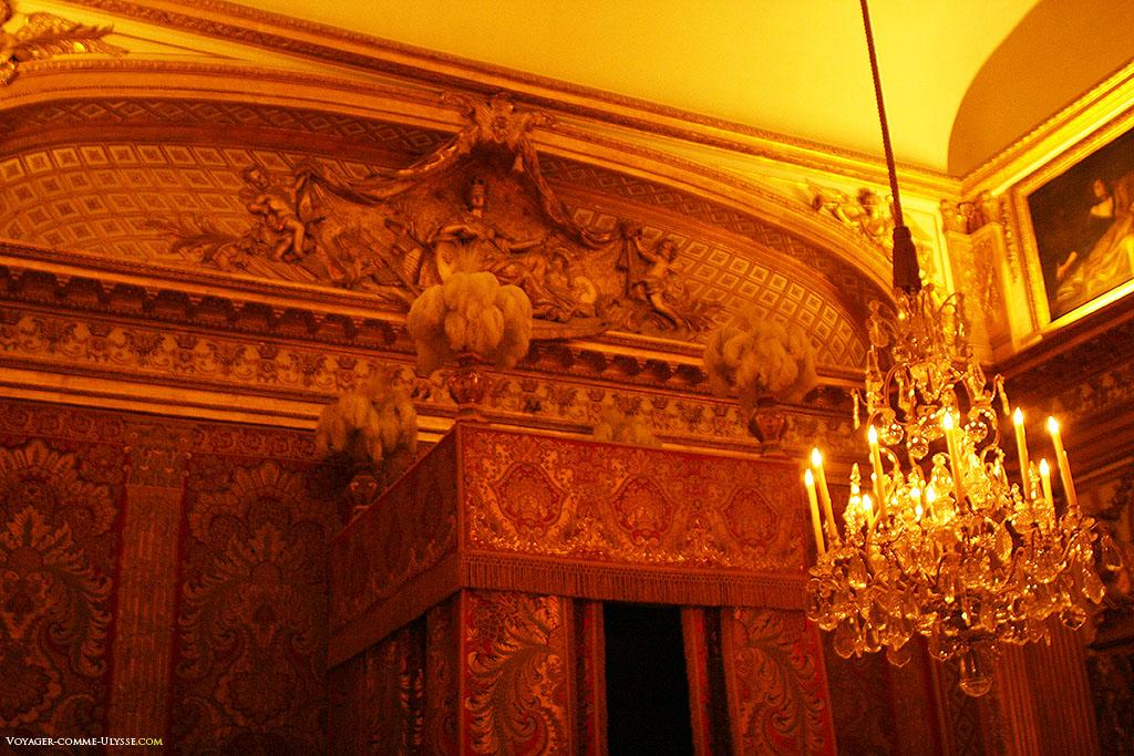 Por cima da cama, uma alegoria, a França vigiando o sono do Rei, por Nicolas Coustou.