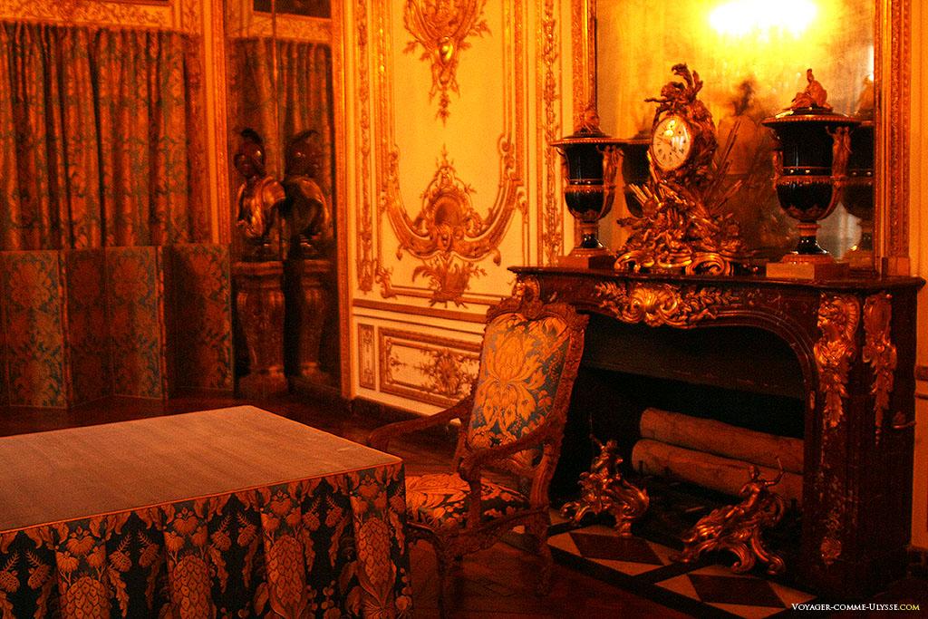 O Gabinete do Conselho, na época de Luís XIV, o Gabinete do Rei. É aqui que o rei se reunia diariamente com o governo.