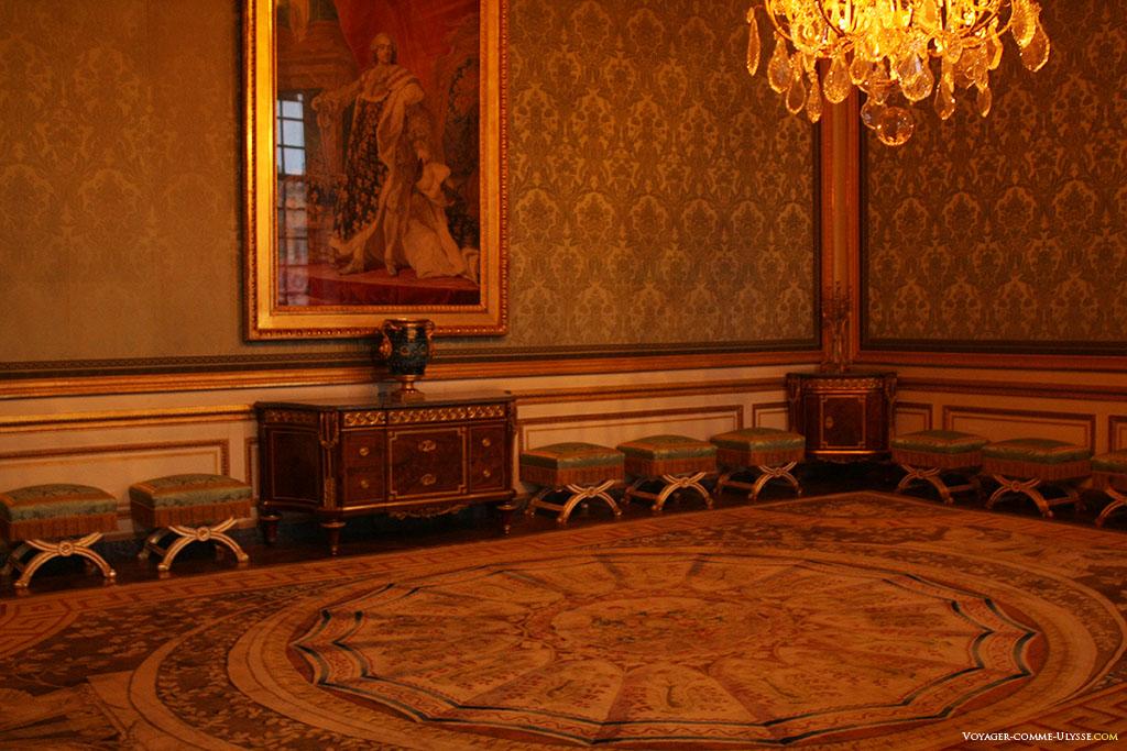 Salon des Nobles. C'est ici que la reine recevait. Il sera redécoré par Marie-Antoinette. Le grand tableau de Louis XV en costume royal est l'oeuvre de Louis-Michel van Loo.