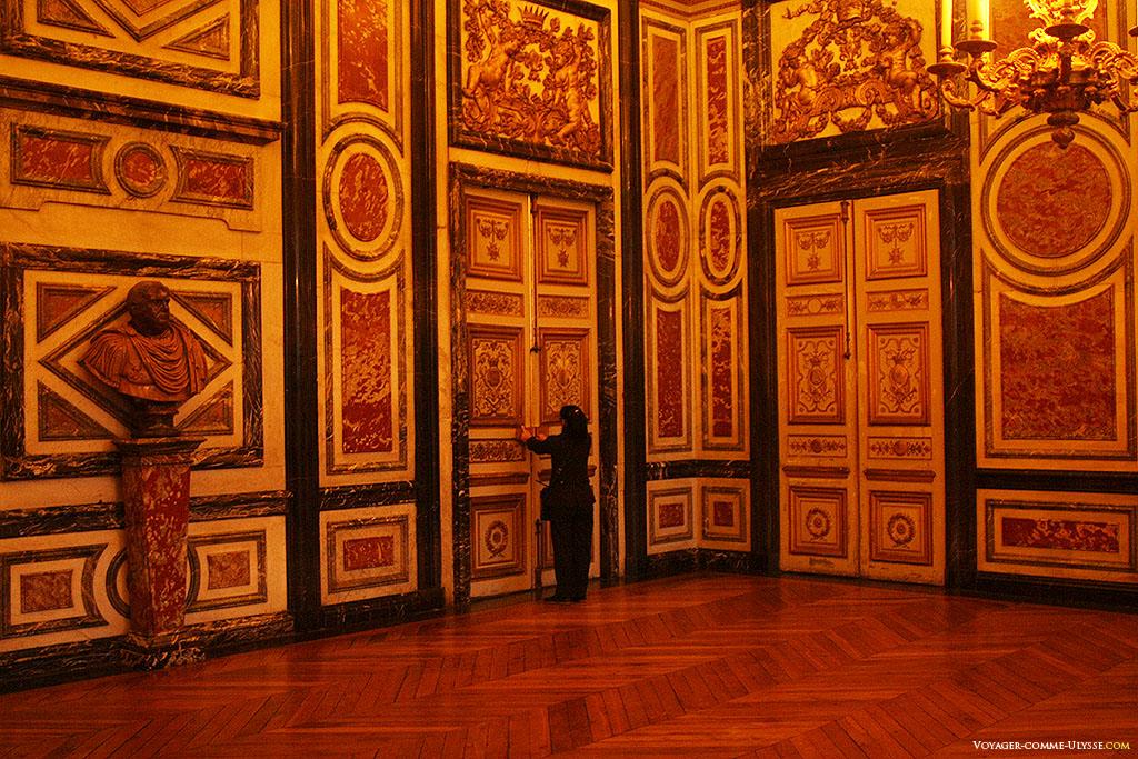 Salle des Gardes de la reine. C'est la seule salle des appartements à avoir conservé son décor de l'époque de Louis XIV.