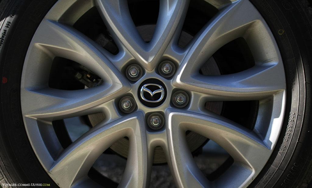 """Jante de 19"""" de la voiture. Ce sont des pneus Toyo, pour l'été."""