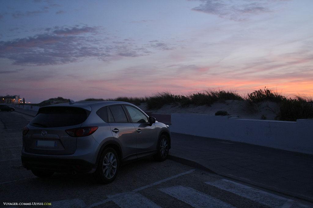 Une voiture au coucher du soleil.