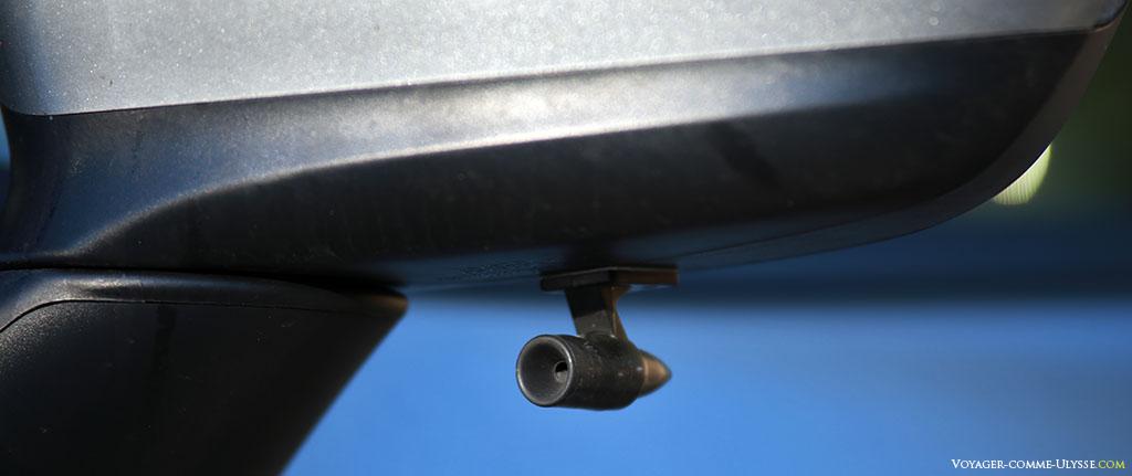 Sifflets anti-gibier, à l'endroit le plus discret possible : sous les rétroviseurs.