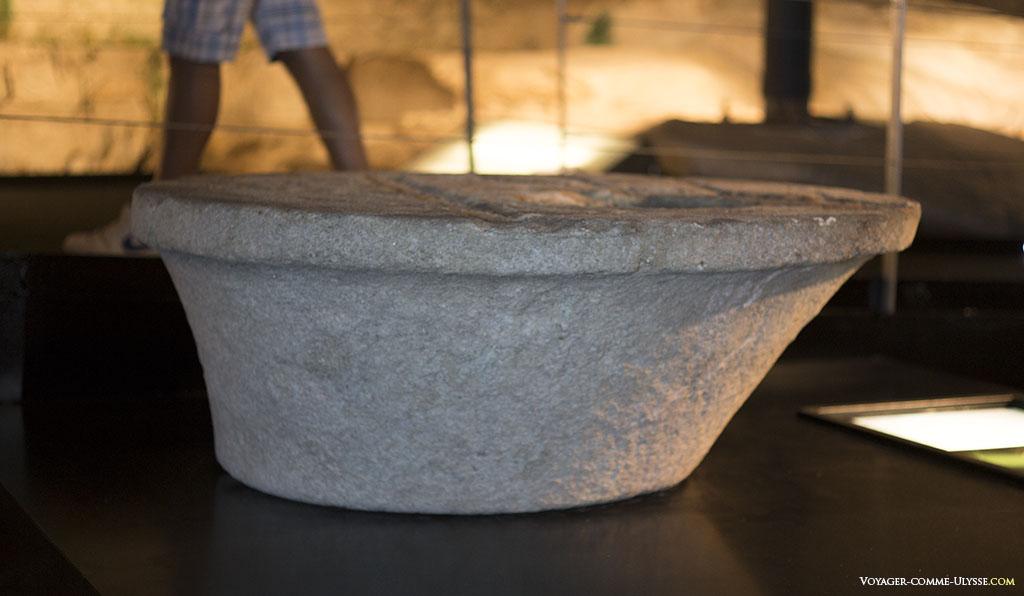 Un élément de la lanterne antique. Il est vraisemblable que les romains utilisaient de l'huile d'olive et un complexe jeu de miroirs.