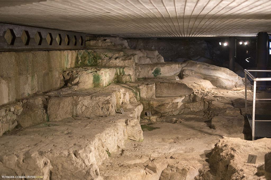 Difficile pour un oeil non averti de comprendre à quoi correspondent chacune des pierres tombées au sol.