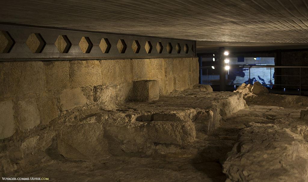 On peut voir ici le résultat des fouilles archéologiques de 2009, avec à gauche la base de l'ancien mur extérieur.