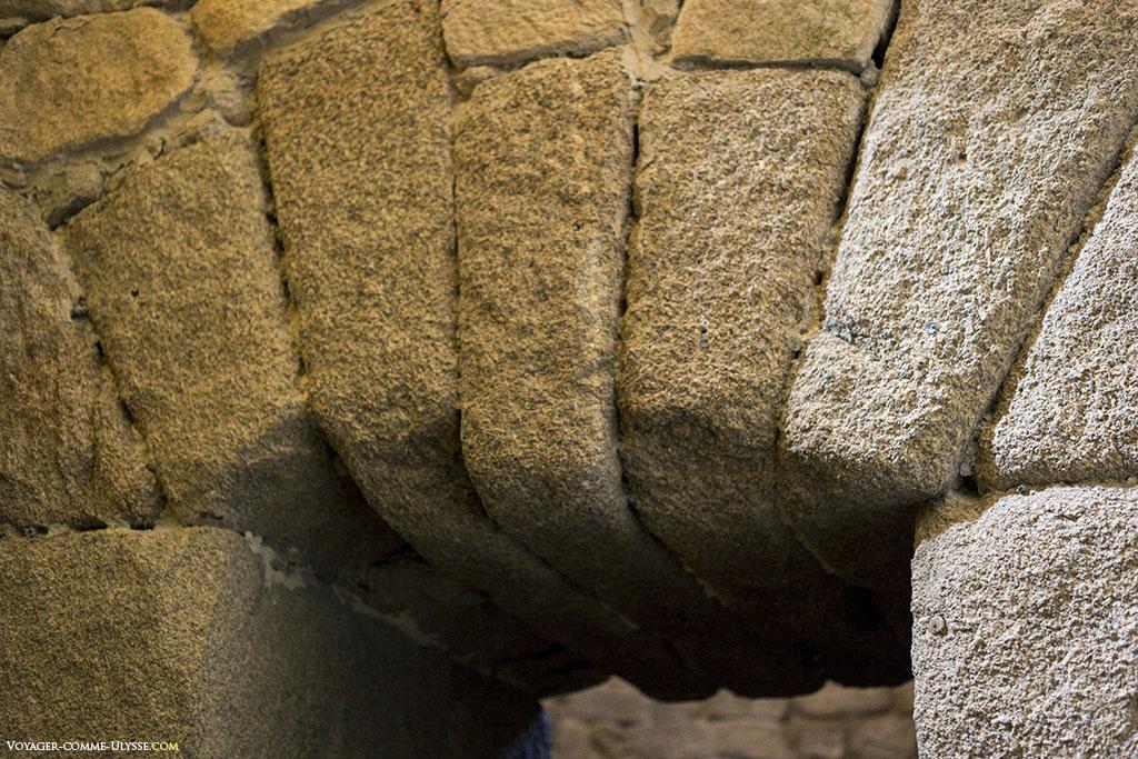 Cette façon de faire les arcs au dessus des portes se retrouve au cryptoportique d'Aeminium.