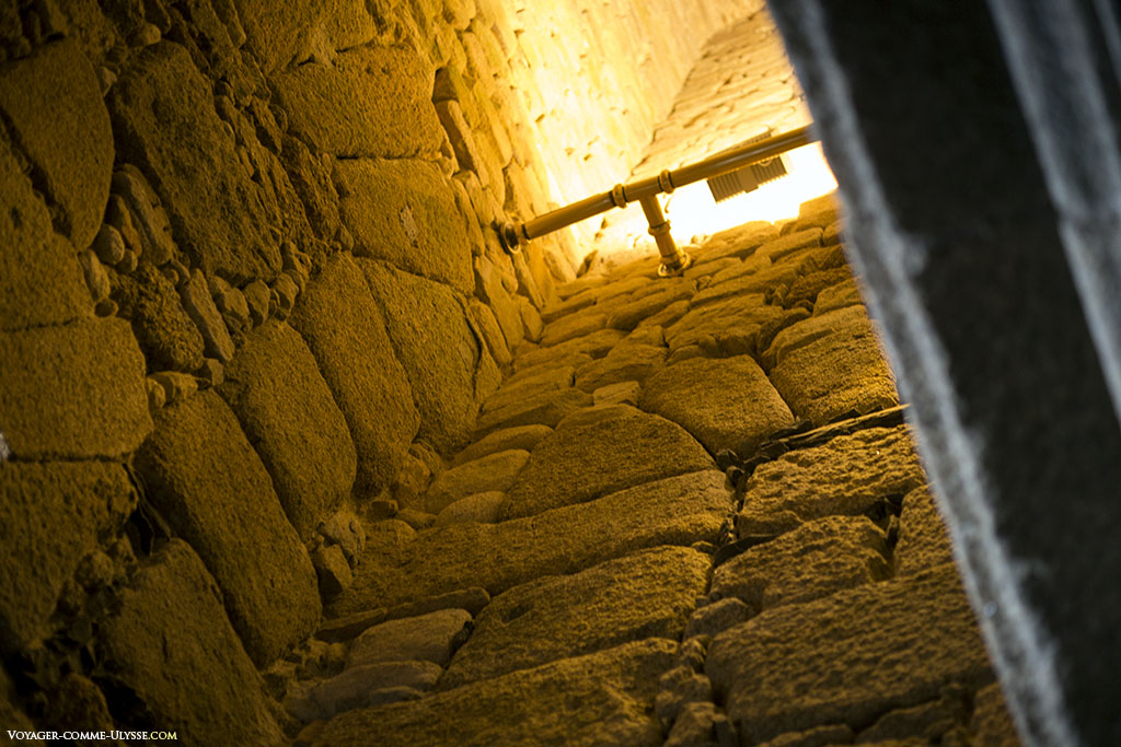 L'illumination électrique est la moins invasive possible, grâce à ces tuyaux passant à l'extérieur des murs.