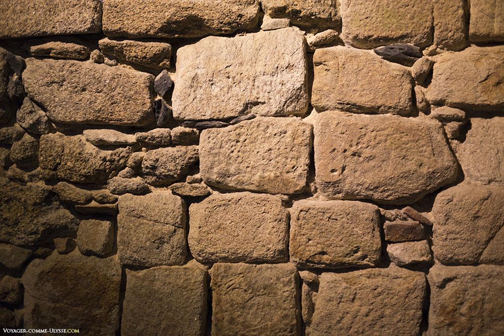 Le mur, ajusté avec de plus petites pierres au fil du temps.