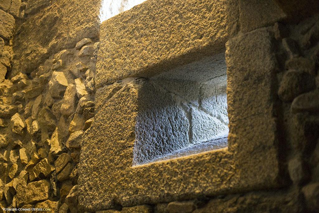 Un soupirail, témoignant de l'épaisseur des murs.