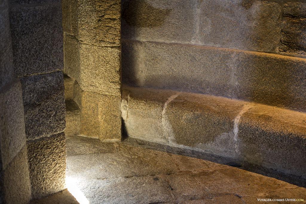 Giannini a respecté le monument antique, même dans ses ajouts modernes. Ici, le sol de la tour octogonale rajoutée à la base romaine carrée.