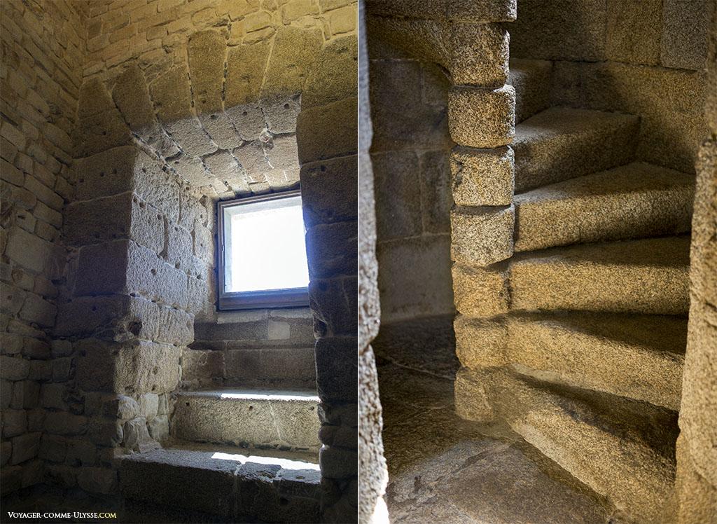 A gauche, une des fenêtres. A droite, le petit escalier en colimaçon, permettant d'atteindre la dernière section avant la lanterne, donnant sur l'extérieur.