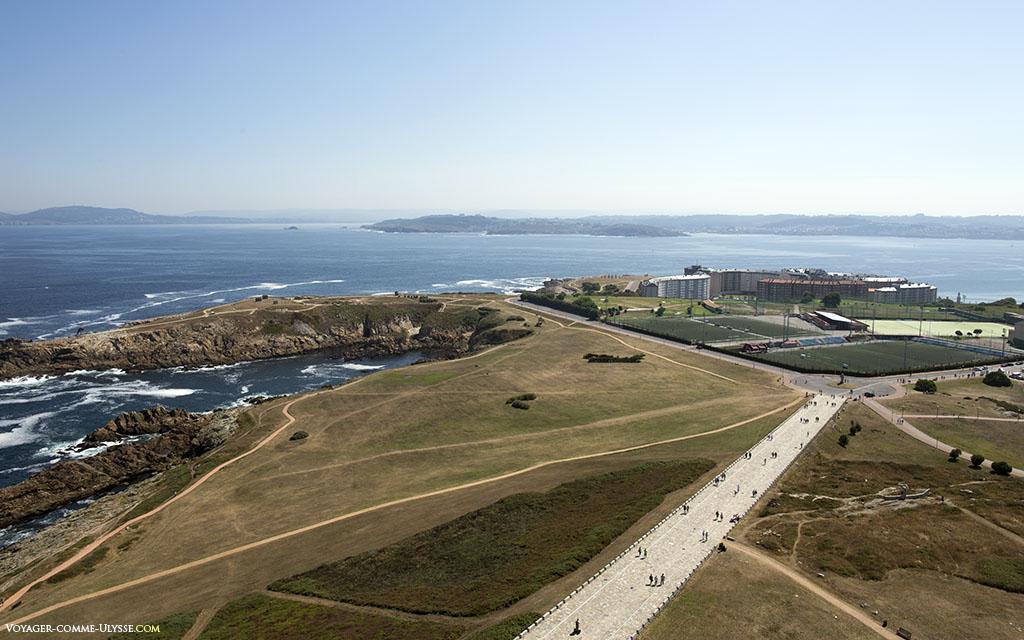 La tour permet de contrôler la mer, mais aussi ce qui se passe dans la ville.