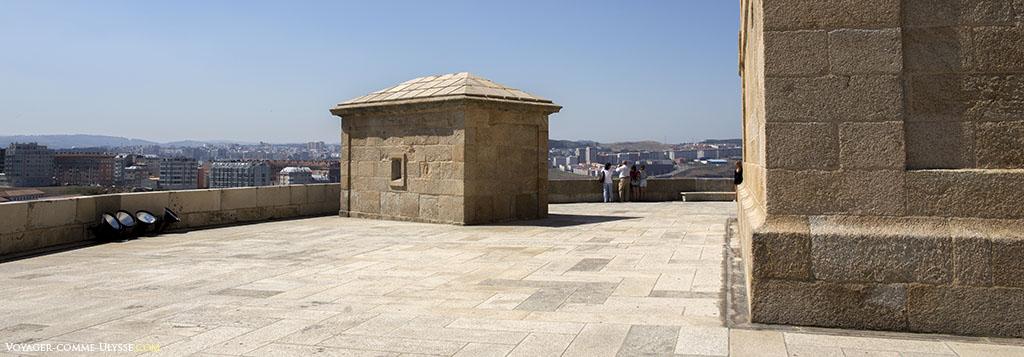 Grande terrasse à la base du phare, d'époque moderne.