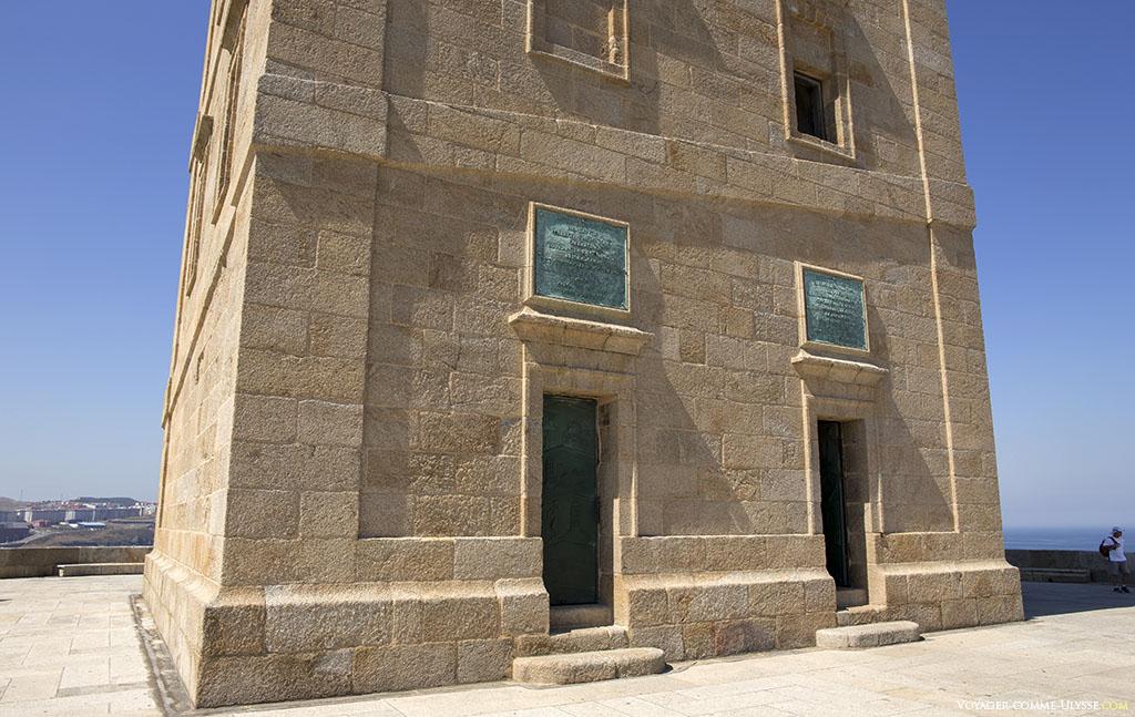 Les deux portes en bronze à la base du phare.