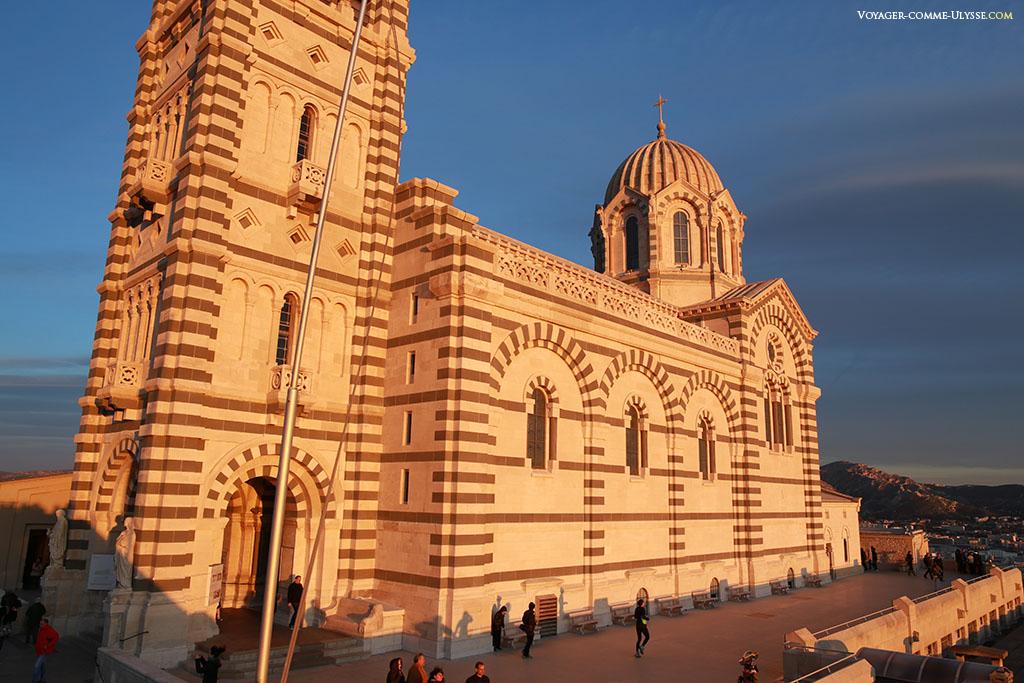 Le style romano-byzantin est bien visible, avec l'alternance de couleurs des pierres.