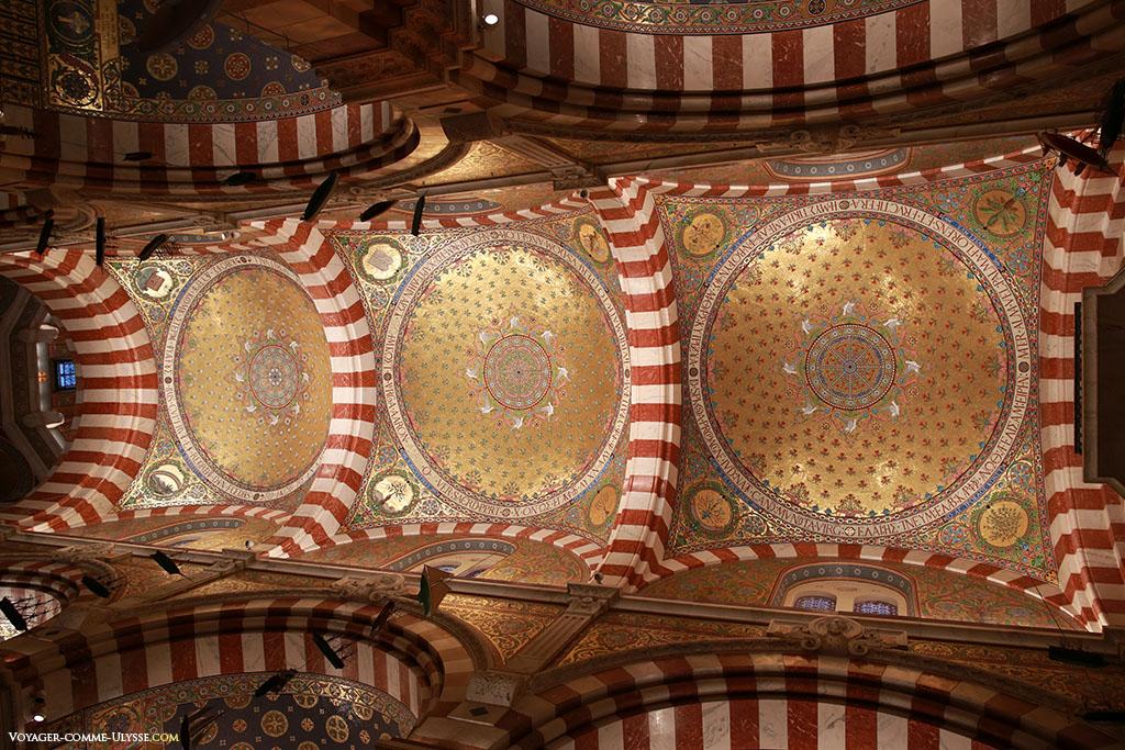 Extraordinaire décoration en mosaïque du plafond de la nef, composé de trois coupoles.