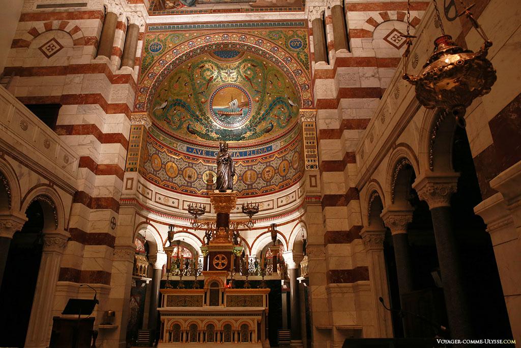 L'abside, avec la nouvelle statue en argent, offerte par les marseillais. Elle fut réalisée entre 1829 et 1834 par l'orfèvre Jean-Baptiste Chanuel, sur un modèle du sculpteur Jean-Pierre Cortot.