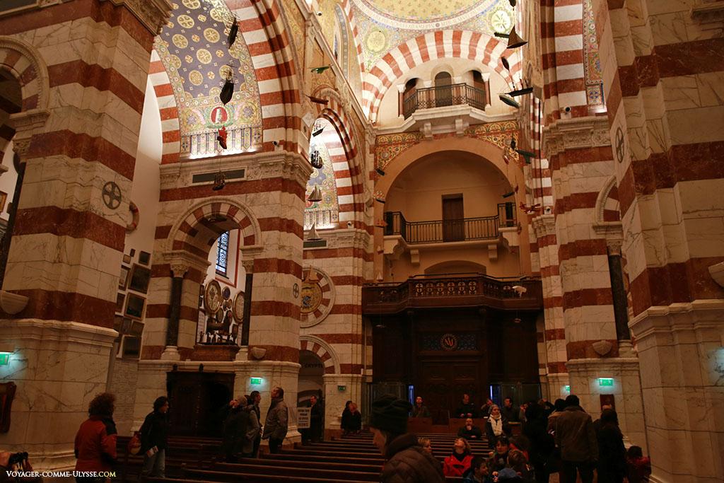 La nef. Même si la basilique est beaucoup plus grande que la chapelle, l'église est somme toute assez petite.