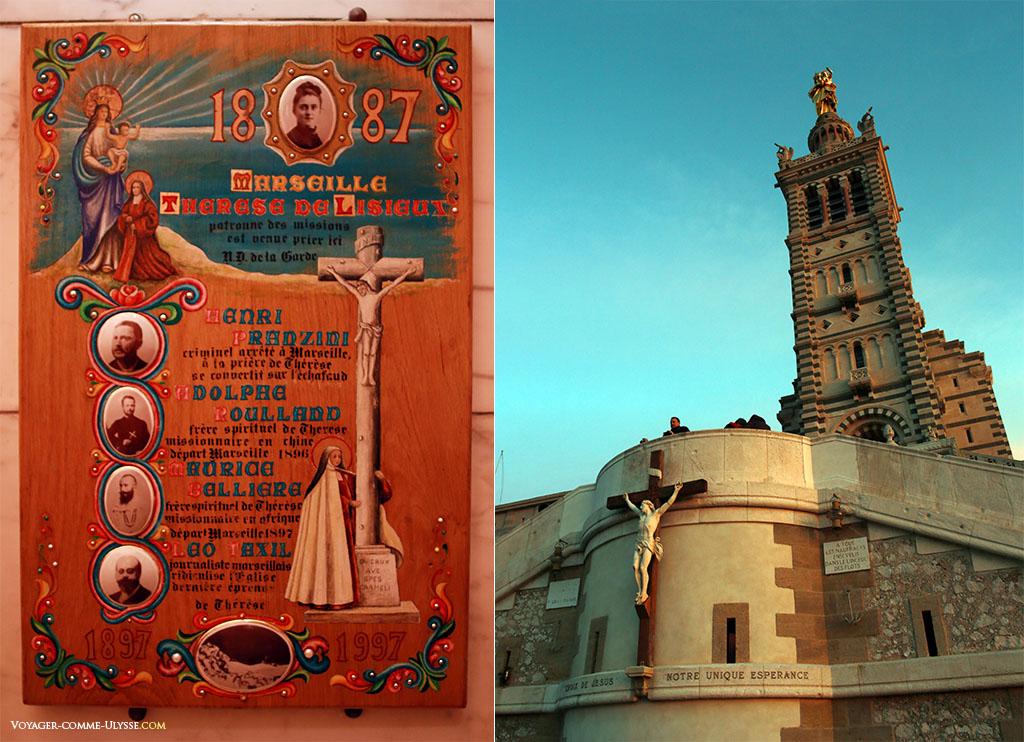 A gauche, une plaque commémorative de Thérèse de Lisieux. A droite, le clocher. On oublie pas que nous sommes dans une église catholique.