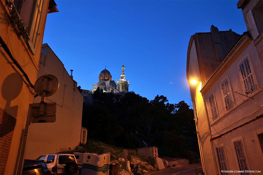 Notre-Dame-de-la-Garde, à la nuit tombante.